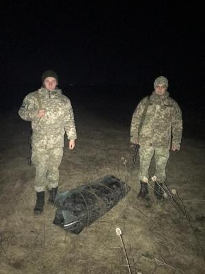 На Буковині контрабандисти намагалися провести через кордон на човні сигарети - фото