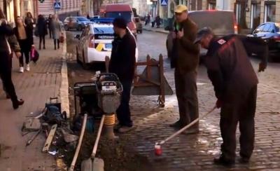 Відомий режисер взявся самостійно ремонтувати вулицю в Чернівцях. Поліція його оштрафувала