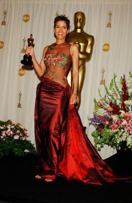 Напівпрозоре та неймовірно коштовне: вбрання зірок, що увійшло в історію «Оскара»