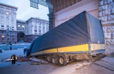 У центрі Києва перекинулась некерована вантажівка з цеглою - відео