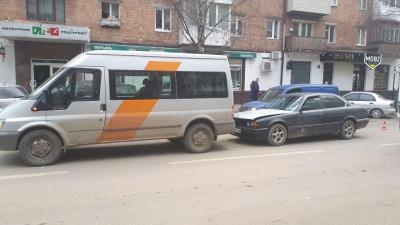 У Чернівцях зіткнулися автівка і мікроавтобус: водій BMW був п'яний - фото