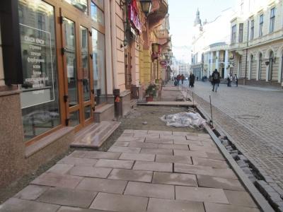 Знову хитається: на пішохідній вулиці Чернівців перекладатимуть плитку
