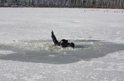 У Чернівцях небайдужі врятували двох молодиків, які на озері провалилися під кригу
