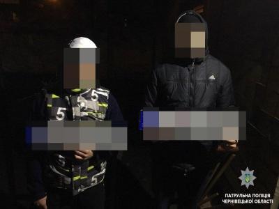 У Чернівцях юнаки вкрали номерні знаки з автівки - фото