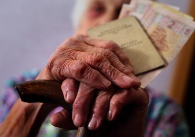 Пенсіонерам перед виборами одноразово виплатять 2410 гривень