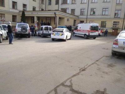 У Чернівцях біля дитячої лікарні виявили підозрілий предмет - фото