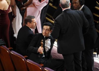 Головна зірка «Оскара» впав зі сцени разом зі статуеткою - фото