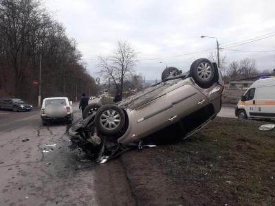 У Чернівцях на Калинівській перекинулась автівка - фото