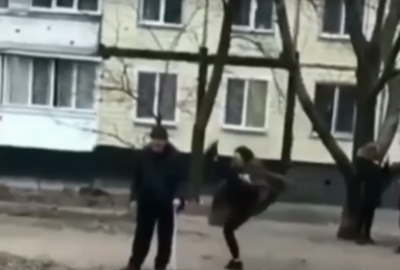 У Дніпрі школярки знущалися з пенсіонера - відео
