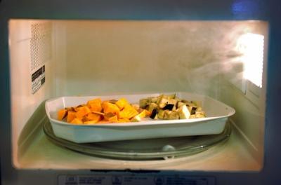 Чи шкідливо готувати їжу у мікрохвильовій