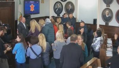 У Чернівцях група людей блокує президію в міськраді, вимагаючи звільнення лікаря Манчуленка
