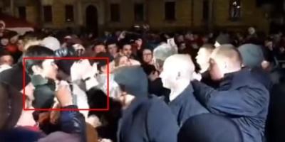 Охоронець Порошенка вибив телефон із рук хлопця, який знімав президента – відео