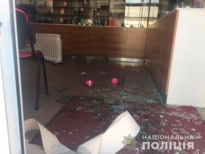 У Чернівцях молодик розбив вікно в магазині та викрав 11 мобільних телефонів – фото