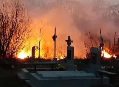 Масштабна пожежа: на кладовищі в Годилові горить суха трава – відео