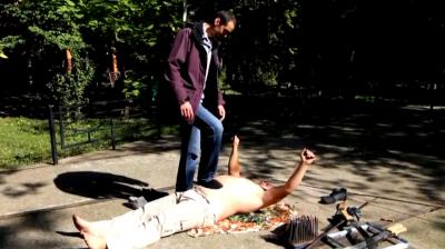 «Це не боляче!»: буковинець виконує небезпечні трюки на битому склі і цвяхах