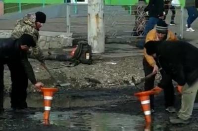 Воду з ям черпають конусами: з'явилося курйозне відео ремонту проспекту в Чернівцях