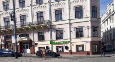 У Чернівцях жінка голяка пройшлася центром міста – відео