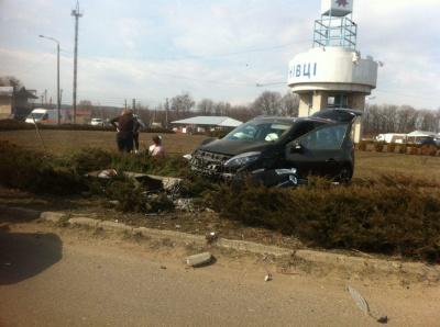 На Буковині легковик злетів з дороги: пасажира госпіталізували - фото