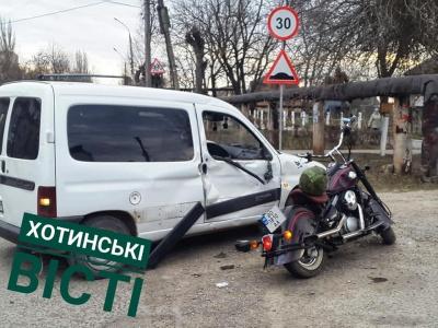 У Хотині мотоцикл врізався у автівку - фото
