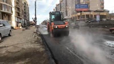 У Чернівцях на вулиці Героїв Майдану завершили укладати нижній шар асфальту