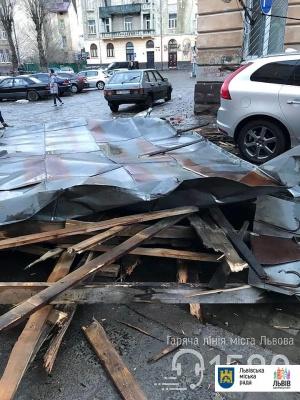 У Львові зірваний вітром дах пошкодив будинки та авто