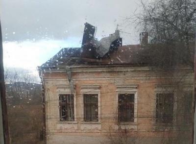 У Чернівцях сильний вітер зірвав із будинку дах - фото