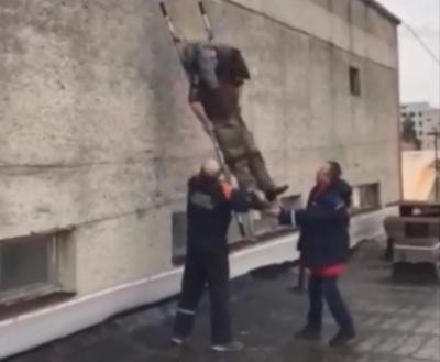У Новодністровську в робітника стався інсульт на даху спорткомплексу – відео