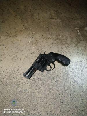 По улицам Черновцов разгуливал пьяный мужчина с оружием - видео