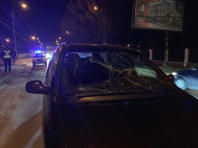 У Чернівцях Chrysler збив жінку, яка переходила дорогу в недозволеному місці – фото