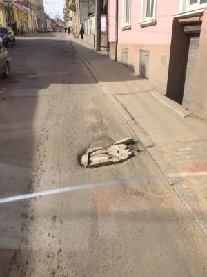 У Чернівцях водій тролейбуса самотужки взявся ремонтувати дорогу – фото