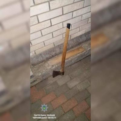 У Чернівцях чоловік вдерся до будинку і погрожував жінці сокирою