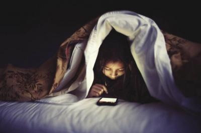 Вчені пояснили небезпеку сну з телефоном