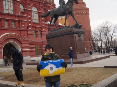 У центрі Москви активіст вийшов на поодинокий пікет на підтримку України - фото