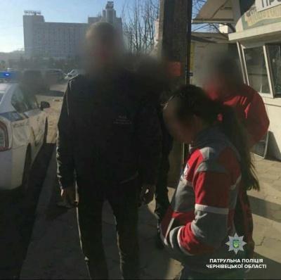 Без шолома і документів: у Чернівцях патрульні виявили п'яну водійку моторолера