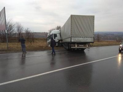 Вантажівка злетіла з траси під Чернівцями – фото