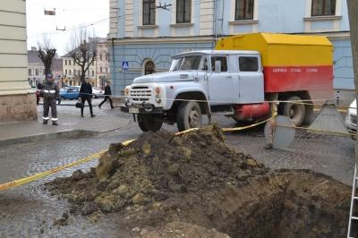 У Чернівцях газовики проводять розкопки поблизу ратуші