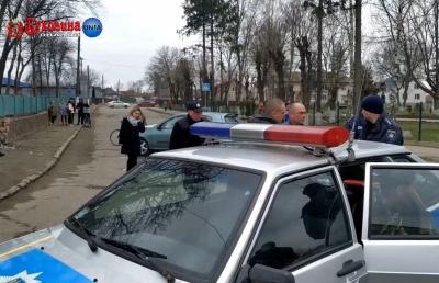 На Буковині п'яний водій легковика протаранив стовп і огорожу кладовища – відео