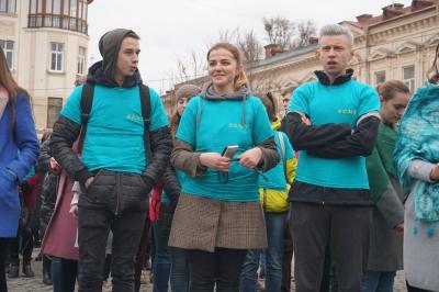 Против пластика: в Черновцах студенты-медики призывали прохожих оберегать природу