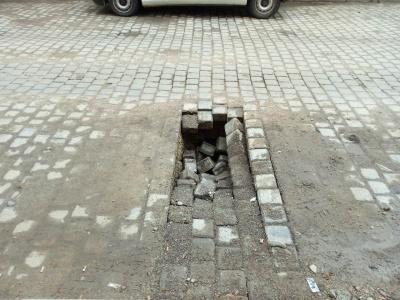 У центрі Чернівців обвалилась бруківка посеред вулиці – фото
