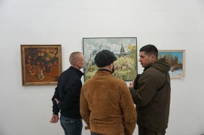 «На світло»: у «Вернісажі» в Чернівцях відкрили виставку картин із приватних колекцій