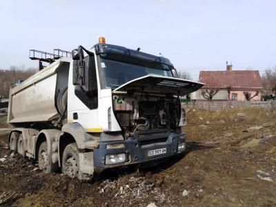 У Чернівцях вантажівка протаранила огорожу та в'їхала на приватну територію