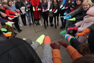 У Чернівцях відбувся флешмоб кольорових шкарпеток - фото