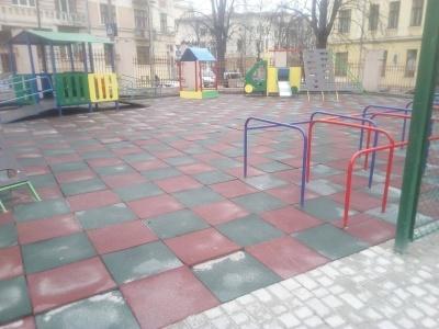 «Резиновые плиты стелили в снег»: в школе в Черновцах будут перерабатывать покрытия спортплощадки