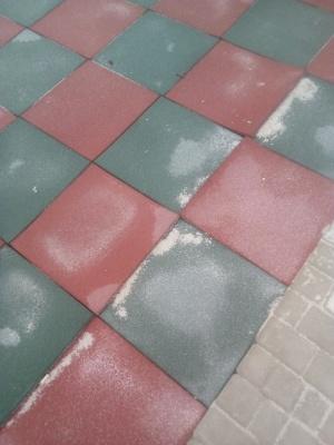 «Гумові плити стелили у сніг»: у школі в Чернівцях будуть переробляти покриття спортмайданчика