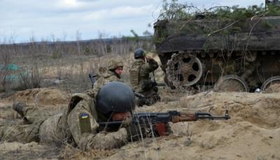 На Донбасі внаслідок обстрілів загинув український військовий