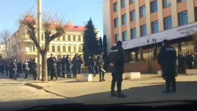 Десятки поліцейських та охоронців: як у Чернівцях очікують прибуття Порошенка
