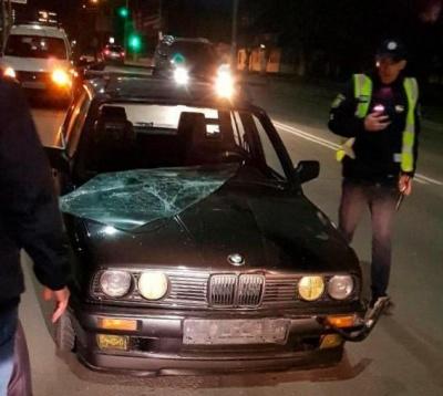 Раптово вийшов на дорогу: в Чернівцях «BMW» збив п'яного пішохода