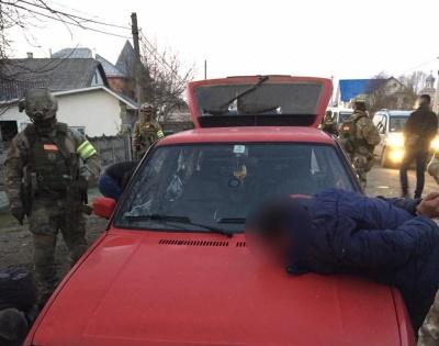 На Буковині заарештували трьох осіб, які пограбували та катували жінку