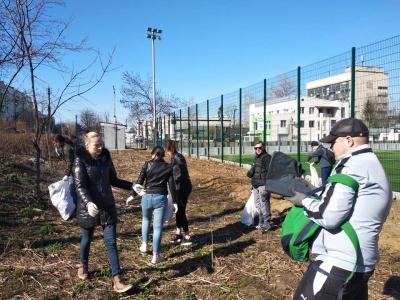 Зібрали десятки мішків сміття: мешканці Чернівців самостійно прибрали свій район
