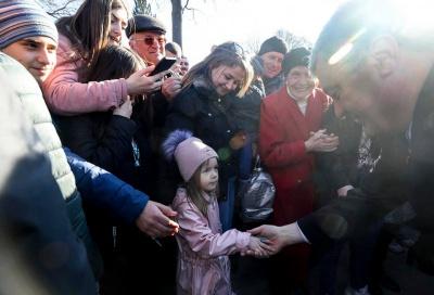 Селфі та натовп: Порошенко показав, як його зустрічали на Буковині – відео